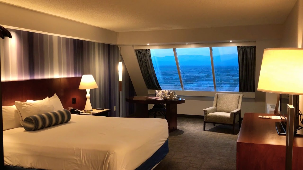 Rooms: Luxor Las Vegas Cleo Pyramid King Deluxe Room Tour