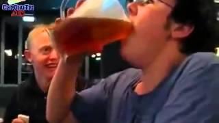 Clip sock chơi 3 lít bia chỉ trong một lần uống