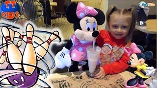 ✔ Минни Маус. Видео для детей. Ярослава с подружкой Ритой играют в боулинге. Minnie Mouse ✔