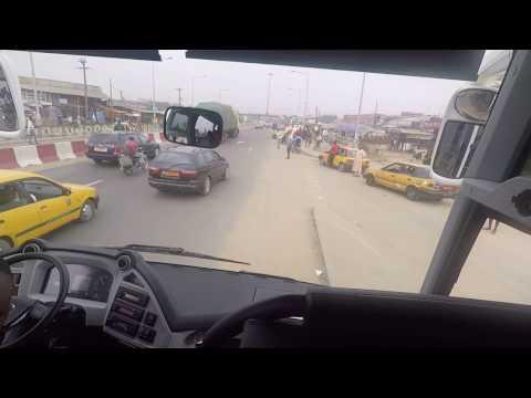 Arrivee a Douala :  route elargie, nouveaux rond points, echangeurs, Elf Axe Lourd,