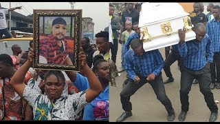 burial-of-mad-melon-of-danfo-driver-as-his-daughter-carry-his-pic-while-they-dance-wit-his-casket