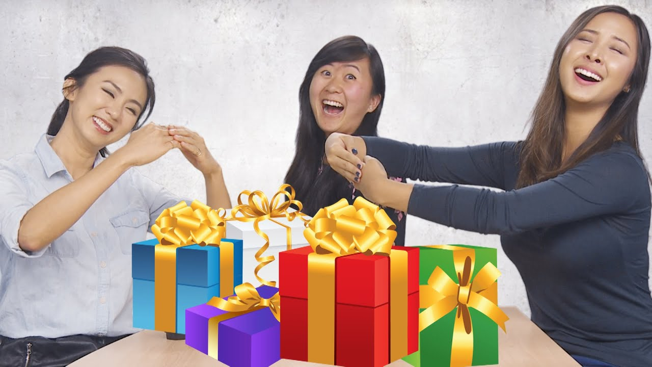 Gift Giving In Asian - Couple - Photo Xxx-1839