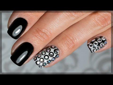Чёрный дизайн ногтей френч с серебренной галочкой и