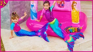 LAURINHA AND HELENA TURNED MERMAID IN THE MAGIC INFLATABLE PRINCESS TOY