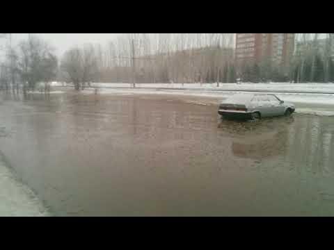 Машины «утопленники» попали на видео в Волжском