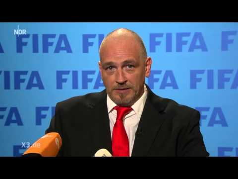 Torsten Sträter als Pressesprecher der FIFA | extra 3 | NDR