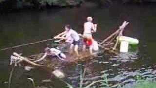 de verkenners laten het vlot te water