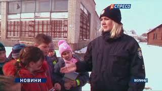 На Волині дітей привчають виходити на дорогу в спеціальних жилетах