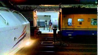 Penyambungan Lokomotif Kereta Api Serayu Malam di Stasiun Pasar Senen