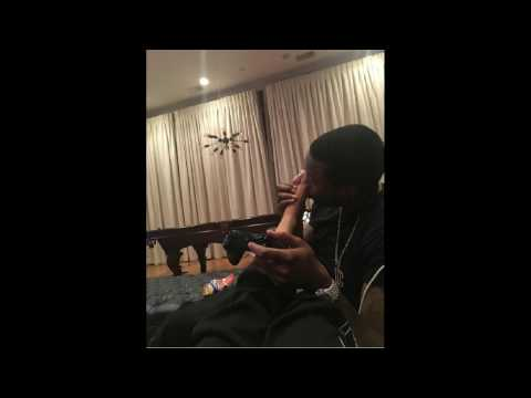 #MeekMill kisses Nicki Minaj's foot! If her fiance realizes she is queen, should we worship her too?