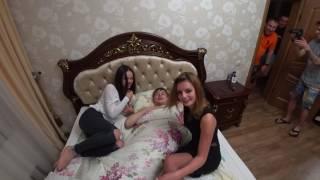 Две девушки влетели в спящего парня. Пьяные девушки видео.