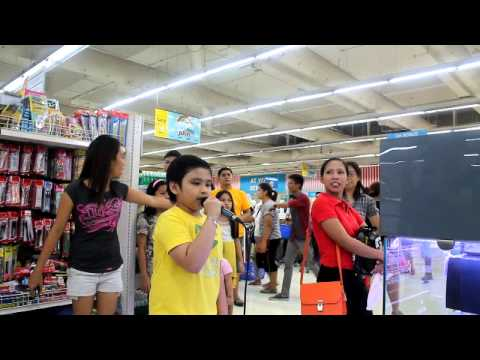 AMAZING KARAOKE BOY SINGS LET IT GO IN GROCERY STORE