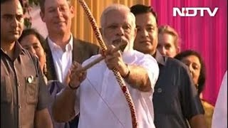 Bow Fails, PM Modi Throws Arrow At Ravana With A Smile. Watch