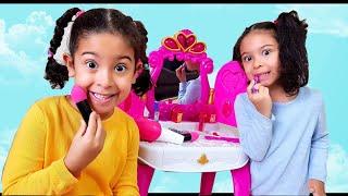 Sıla ve Mira Yeni Makyaj Seti ile Oynuyorlar.Pretend Play with Makeup Vanity piano play Table Toy.