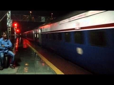 12128 PUNE-MUMBAI CST INTERCITY SUPERFAST EXPRESS ARRIVING THANE STATION