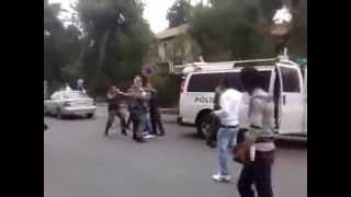 شاب يهرب من الباب الخلفي لسيارة الشرطة الاسرائيلية
