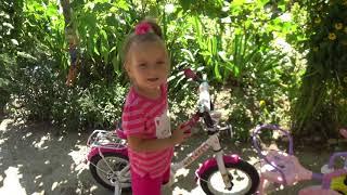 Девочка Катя и велосипед Купили детский велосипед Учимся кататься Детское видео