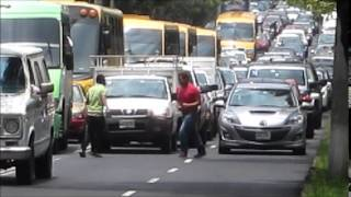 Pelea en Paseo de la Reforma a mitad calle