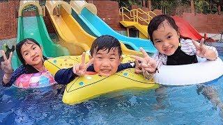 水上樂園滑梯 游泳挑戰!親子互動遊戲 短劇 旅行~Water Park Fun For Kids! thumbnail