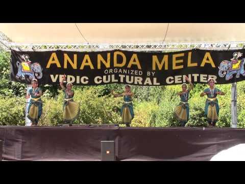 Nrityalaya students performing Yare rangana at Anandamela