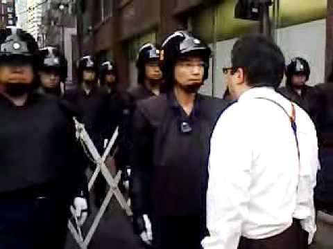 【在特会】2010年8月15日靖国前、反天連デモ後、桜井誠が機動隊に詰め寄る