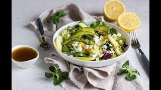Зеленый салат с кукурузой, яблоком и творогом