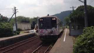 湯乃鷺駅のモデルになった西岸駅に到着する花咲くいろはラッピング列車です。ちなみに穴水行き列車です。撮影日2013年8月13日。シャ...