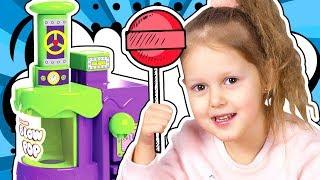 ФАБРИКА КОНФЕТ Амелька с друзьями едет смотреть как готовятся конфетки на палочке Видео для детей