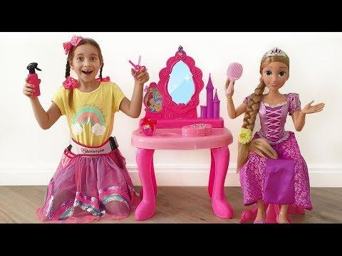 София Играет в Салон Красоты с Принцессой Рапунцель