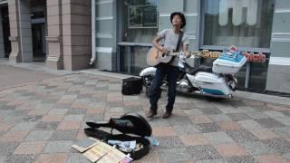 Путешественник из Японии поёт для Хабаровчан
