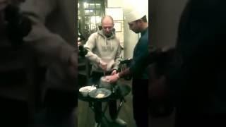 Рэпер  Oxxxymiron  готовит мороженое в ресторане ''Библиотека'' в Новосибирске