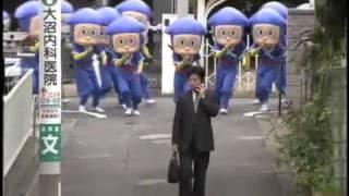 集団ハットリくんが路地に登場するCM.