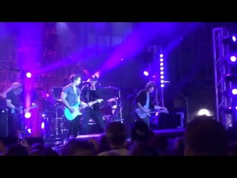 """Morning Hangover Video: Cole Swindell and Hunter Hayes Perform """"Let Me See You Girl"""