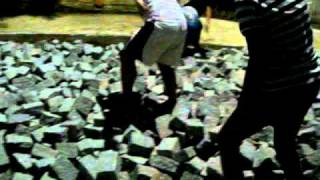 colocando pedras na rua