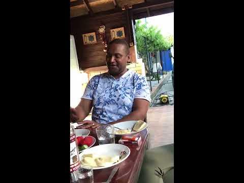 Чернокожей парень классно поет по армянски