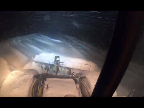 Трактор Кировец. Расчистка дорог. Наконец то снег.