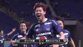 ロングボールに抜け出したファン ウィジョ(G大阪)が相手選手との競り...