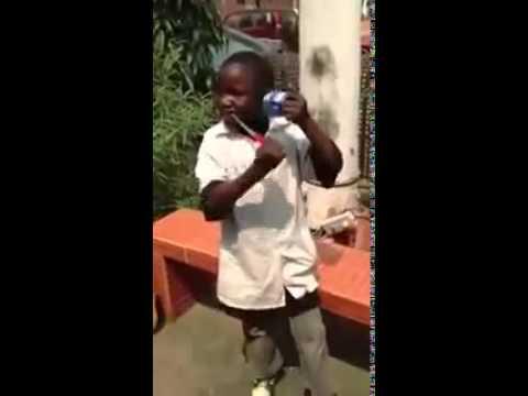 Jeune african avec sa canette d'ambianceur