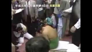 千代の富士の脱臼を伊勢ヶ濱親方が応急処置する 伊勢ヶ濱親方 検索動画 7