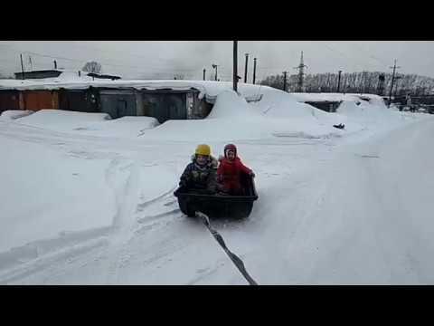 Езда на санях для снегохода за машиной. Каталка.детей. Клёво.