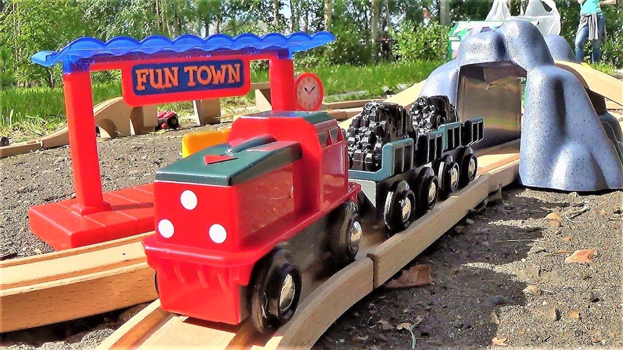 поезд и деревянная железная дорога брио играем в игрушки для мальчиков видео для детей
