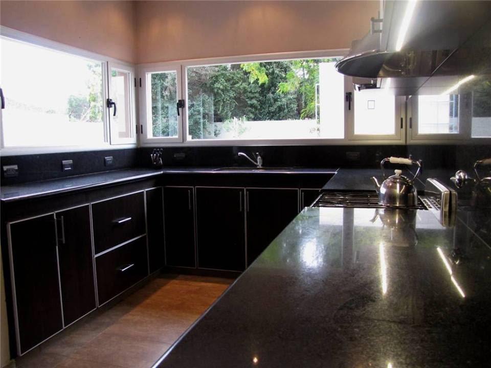 Granito negro y o san gabriel enchape en la pared del for Cocinas con granito negro