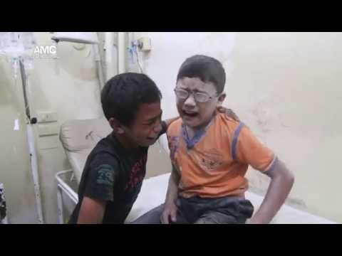 طفلان يبكيان حزناً على أخيهما الذي استشهد إثر برميل متفجر على حي باب النيرب 25-8-2016