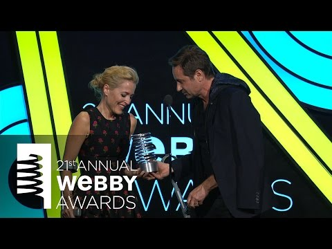 David Duchovny presents to Gillian Anderson at the 21st Annual Webby Awards