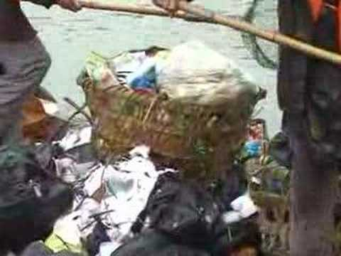 Collecting rubbish on the Yangtze - 2007