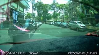 Camera hành trình phía sau ghi hình mặt tên cướp giật túi xách