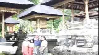 キンタマーニ高原のバトゥール湖の守護神の寺院とタンパクシリンの水の...