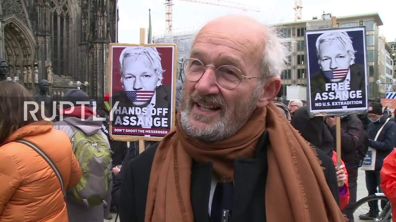 """Germany: """"Anything to say?"""" in Cologne as Assange wins Karls Prize for Committed Journalis"""