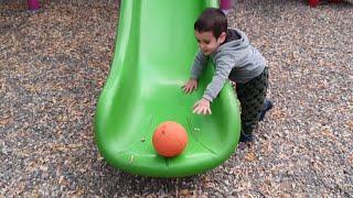 Berat Hentbol Topunu Kaydıraktan Kaydırdı. Eğlenceli Çocuk Videosu