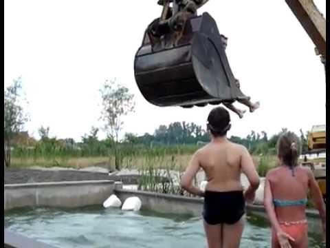 Развлечения с экскаватором в бассейне видео –